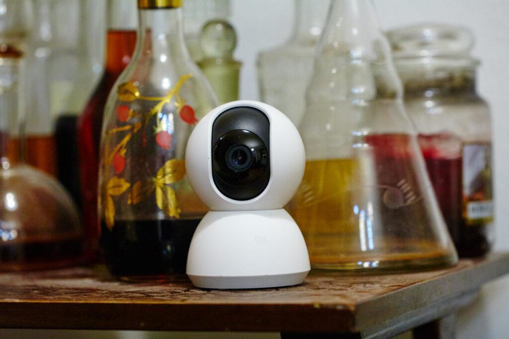 Na stoliku stoi biała kamera dla psa, tak zwana elektroniczna niania