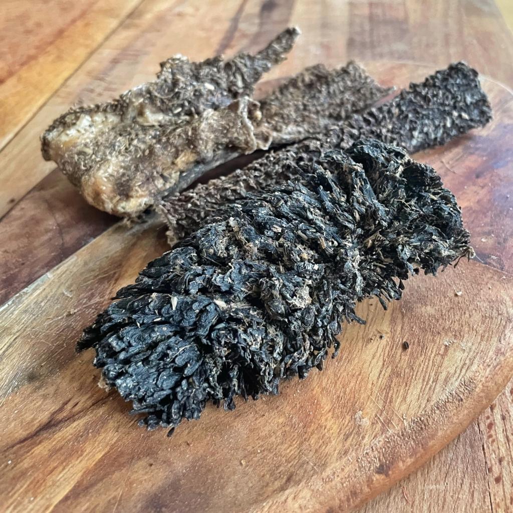 Naturalny gryzak żwacze dla psa na desce